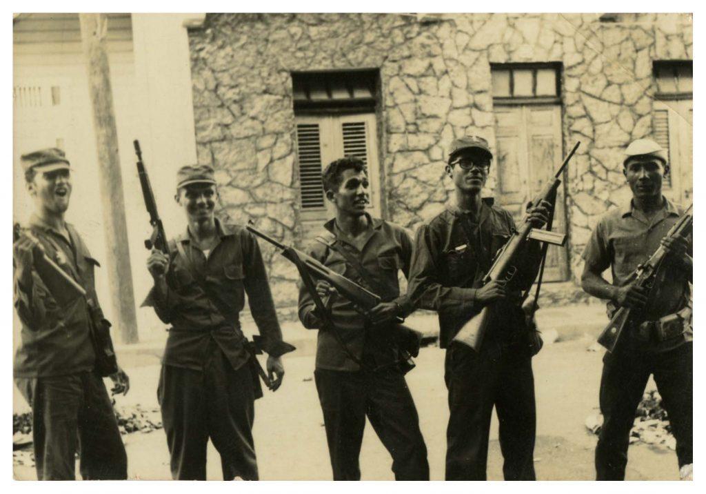 Civiles combatientes con carabinas Cristóbal