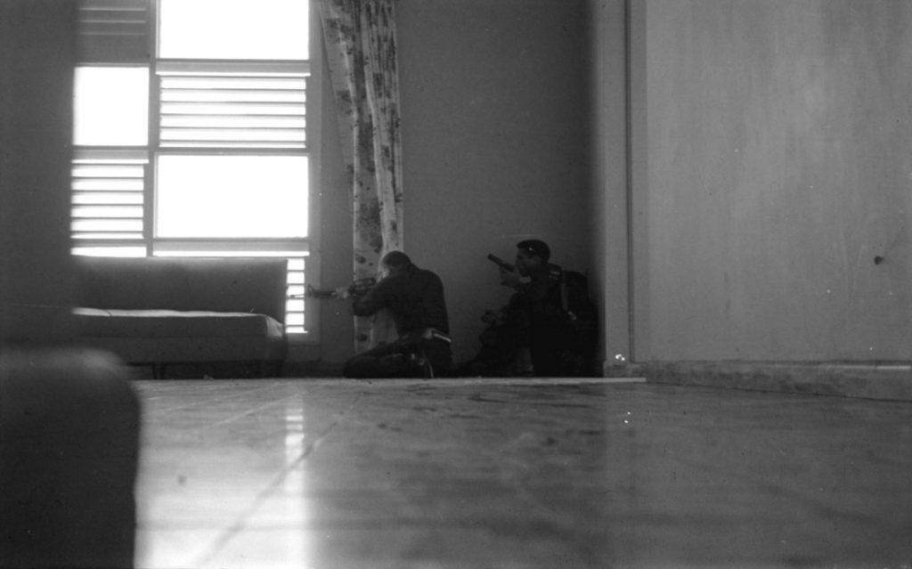 Montes Arache en el Hotel Matum con M16