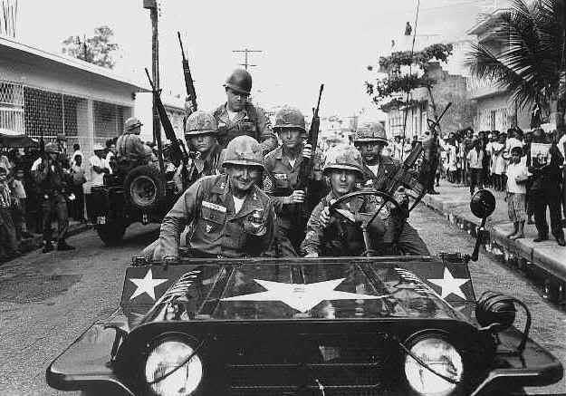 Soldados americanos en un M151-A1