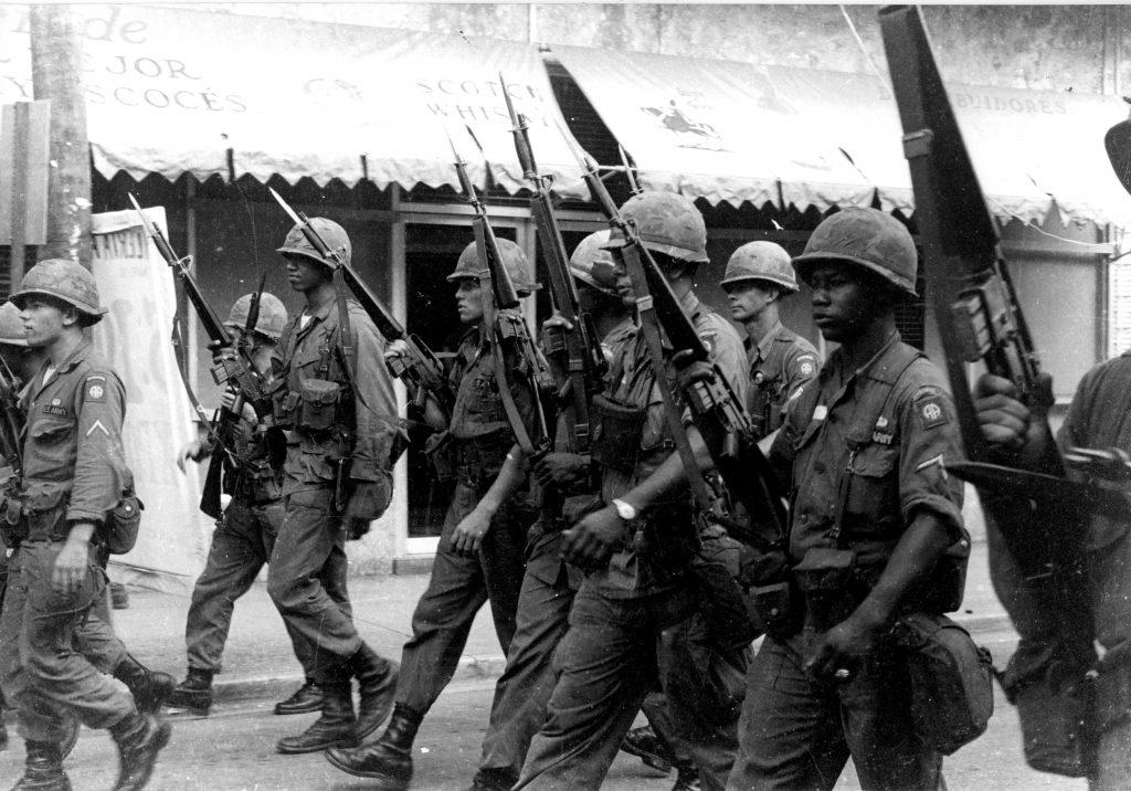 Soldados americanos patrullan con M16