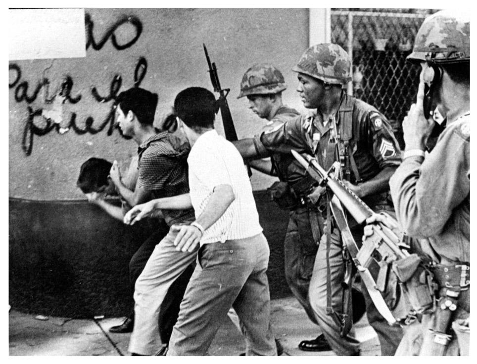 Soldados con M16 apresan civiles