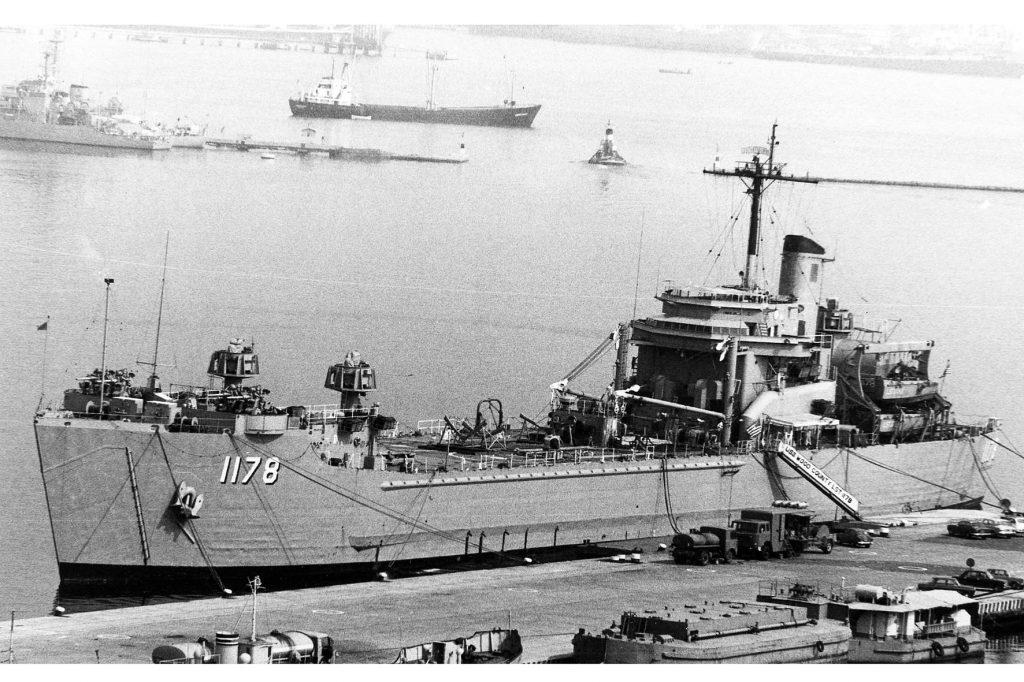 USS Wood County en puerto