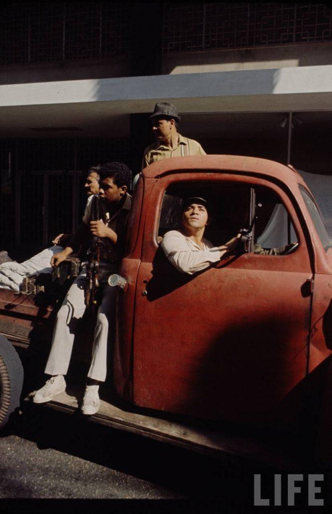 Civiles Constitucionalistas en Camioneta