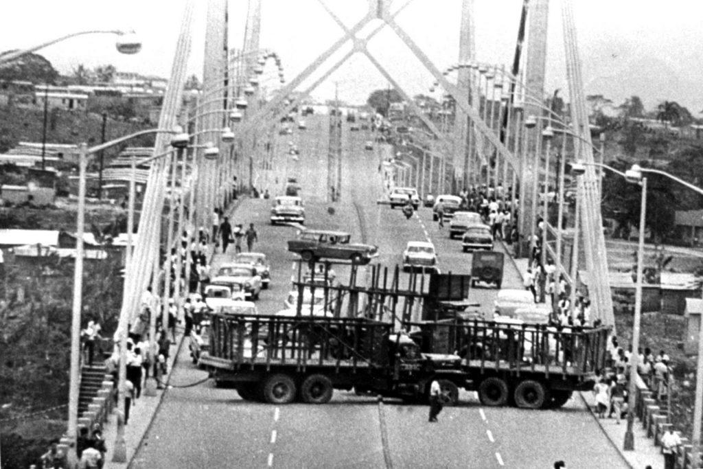 Camiones bloqueando el puente